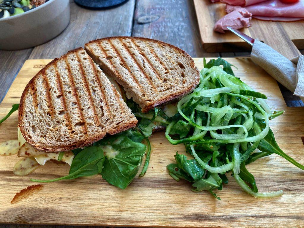 Sandwich mit Brie und Gurke im George