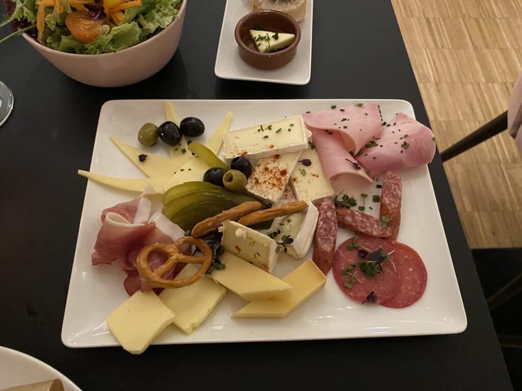 Wurst und Käse im Lehmanns